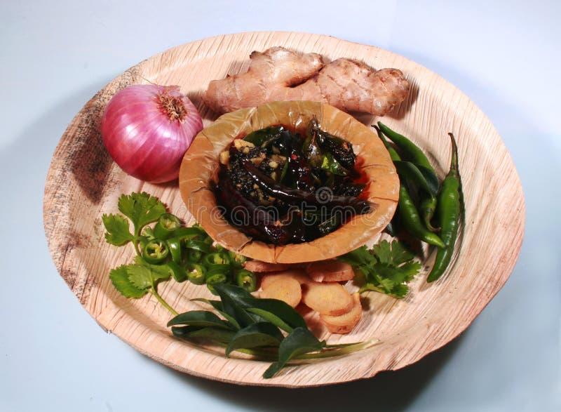 Moutarde frite - thalitham- avec du gingembre, les feuilles vertes fraîches, d'oignon et de coriandre photographie stock