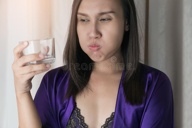 Mouthwash или Gargling стоковые фотографии rf