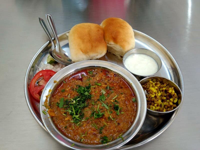 Mouthwatering verlockendes heißes Puneri Misal PAV Alandi speziell lizenzfreie stockfotos