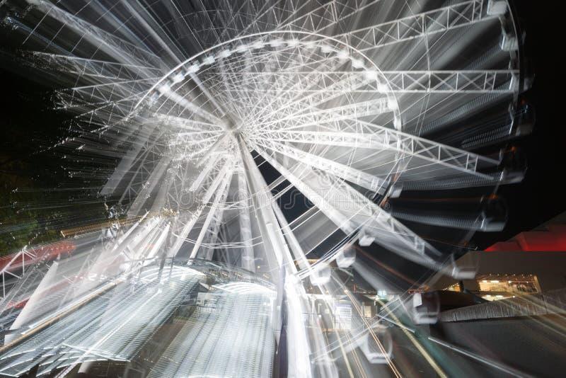 Mouvement abstrait de roue de ferris de rotatinmg la nuit photo stock