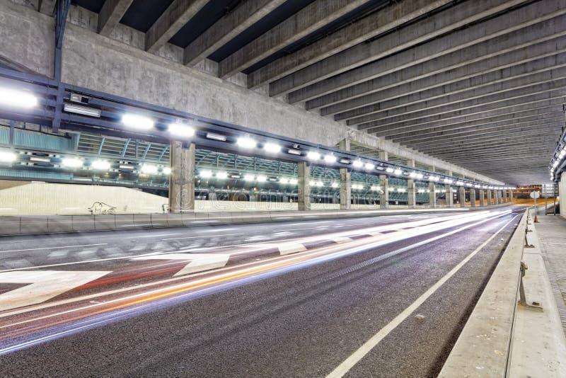 Mouvement abstrait de vitesse dans le tunnel urbain de route de route, moti brouillé images stock
