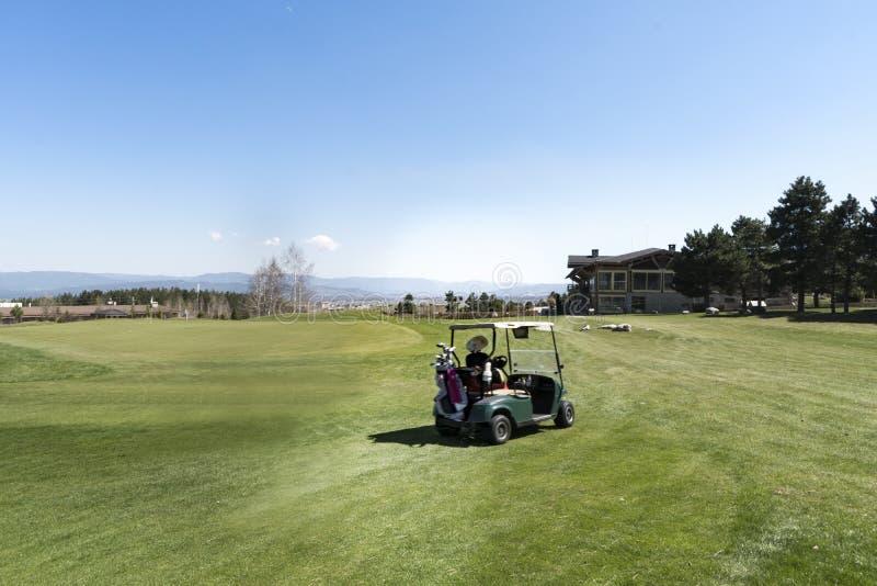 Mouvement brouillé de joueur de golf féminin sur un terrain de golf image libre de droits