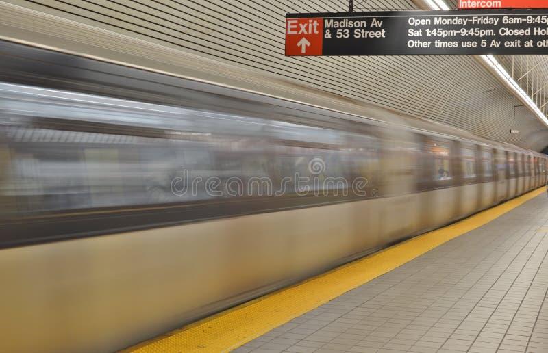 Mouvement brouillé rapide de train de plate-forme vide de souterrain de fond de métro de New York photos libres de droits