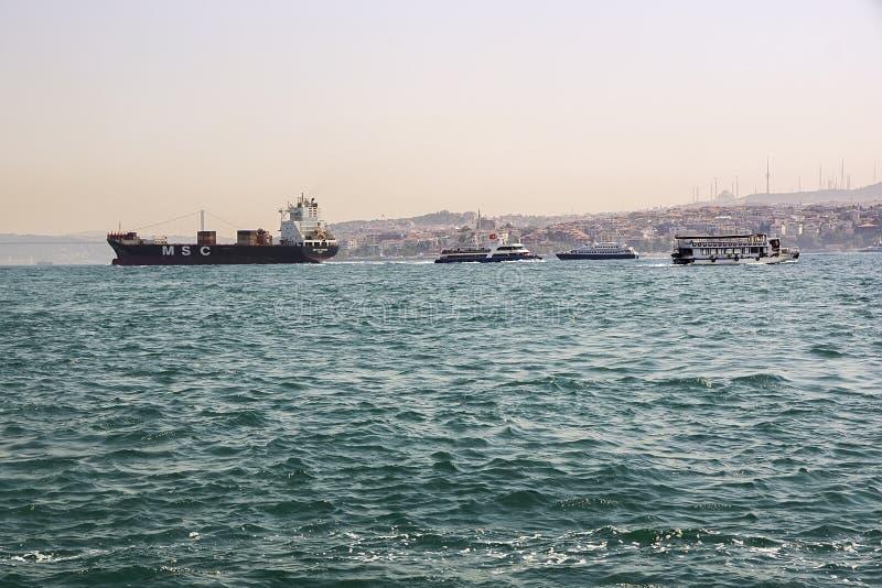 Mouvement de divers bateaux sur Bosphorus Juillet 2017, Istanbul Turquie photo stock