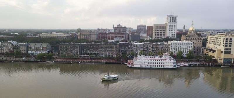 Mouvement de ferrys-boat à travers Savannah River du centre ville photographie stock libre de droits