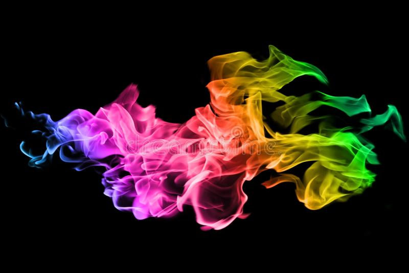Mouvement de fumée colorée sur le fond noir images stock