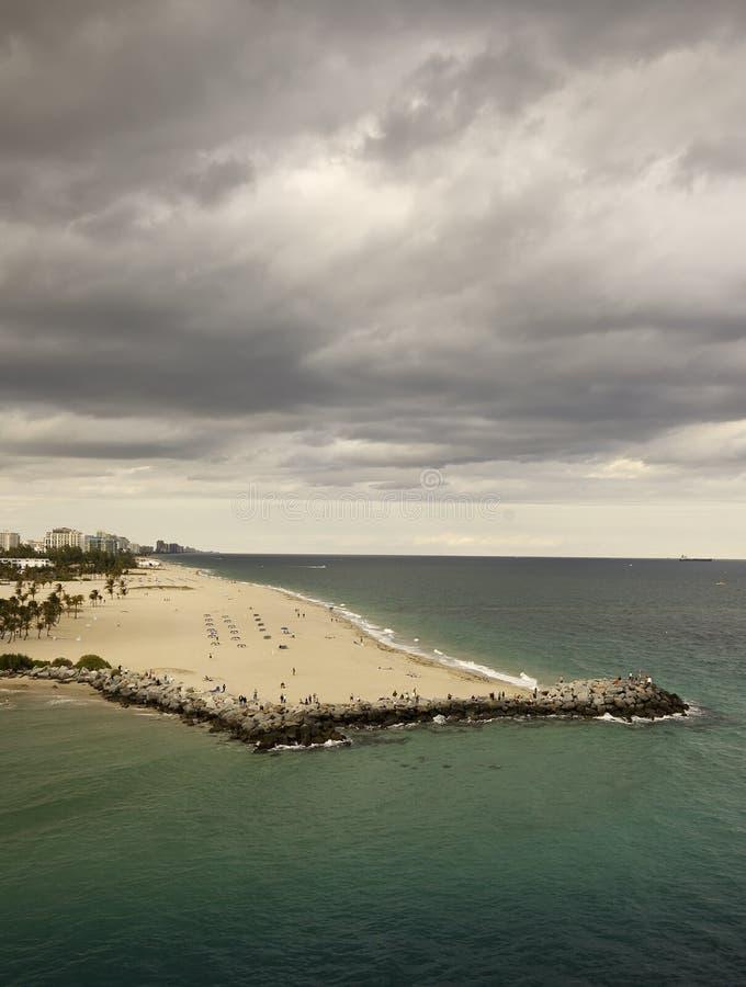Mouvement de nuages de tempête dans au-dessus de pi Lauderdale image libre de droits