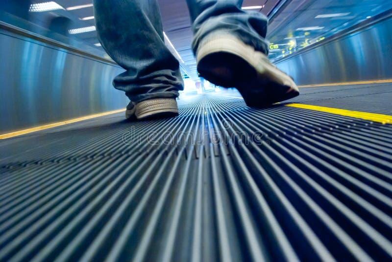 Mouvement de pied dans le couloir d'aéroport photo libre de droits