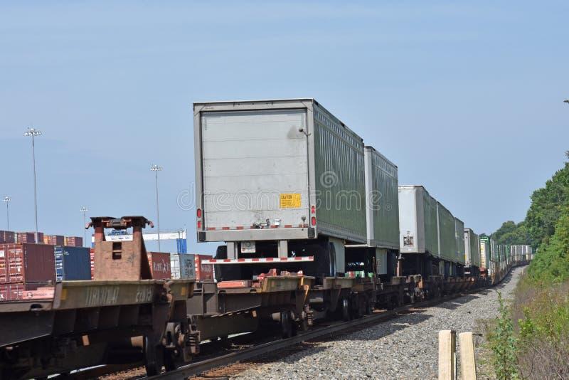 Mouvement de remorques de ferroutage est sur la Norfolk du sud image libre de droits