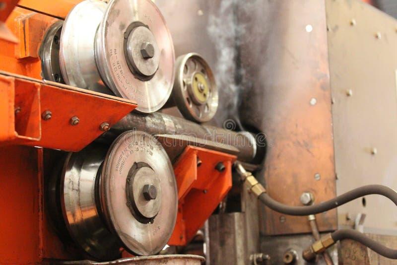 Mouvement des objets en métal par des rouleaux images stock