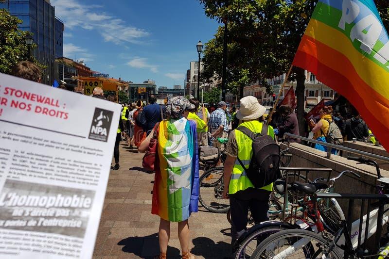 Mouvement van Gele vestensteun Pride March Frans anti-homophobiapamflet stock foto's