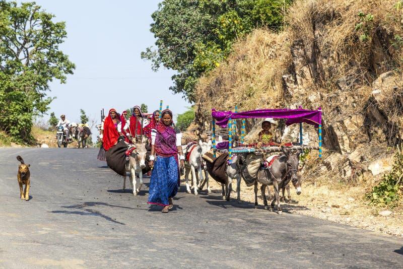 Mouvements tribals d'une famille de Rajasthani photos stock