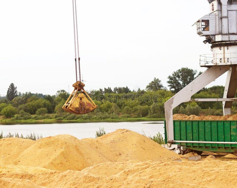 Mova as microplaquetas de madeira das cargas do guindaste da carga em carros railway, inflamar-madeira imagem de stock royalty free