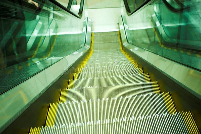 Mova a escada rolante no escritório moderno fotos de stock royalty free