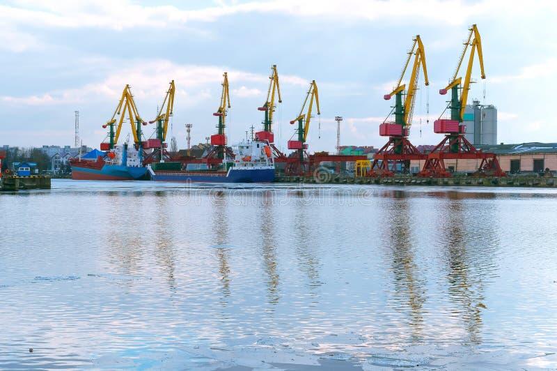 Mova guindastes e terminal da carga, porto de pesca do mar foto de stock royalty free