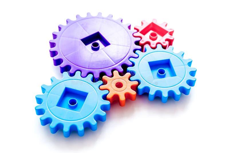 Movendo para a frente o conceito, o princípio de funcionamento ideal com engrenagens e as rodas no fundo branco foto de stock