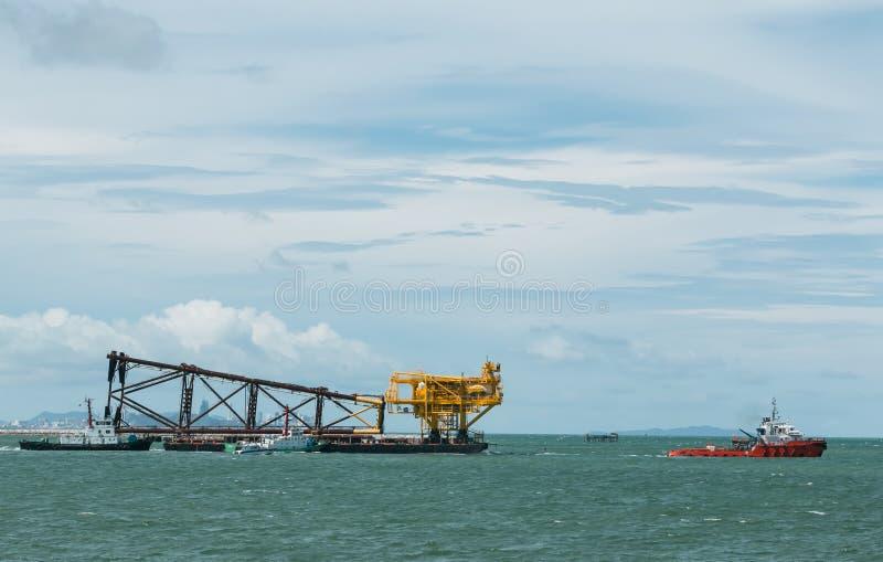 Movendo plataformas petrolíferas, Relocate o equipamento de perfuração do petróleo e gás com um barco de reboco ao Golfo da Tailâ imagens de stock
