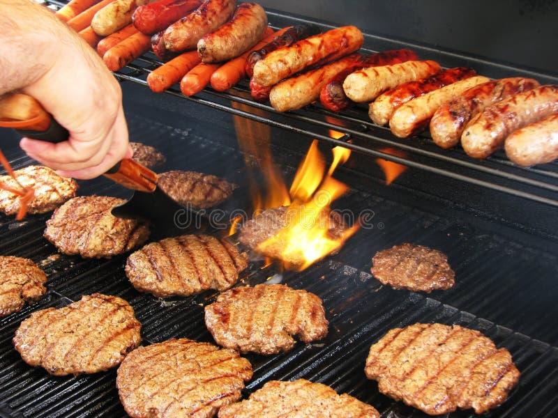 Mover de un tirón las hamburguesas foto de archivo
