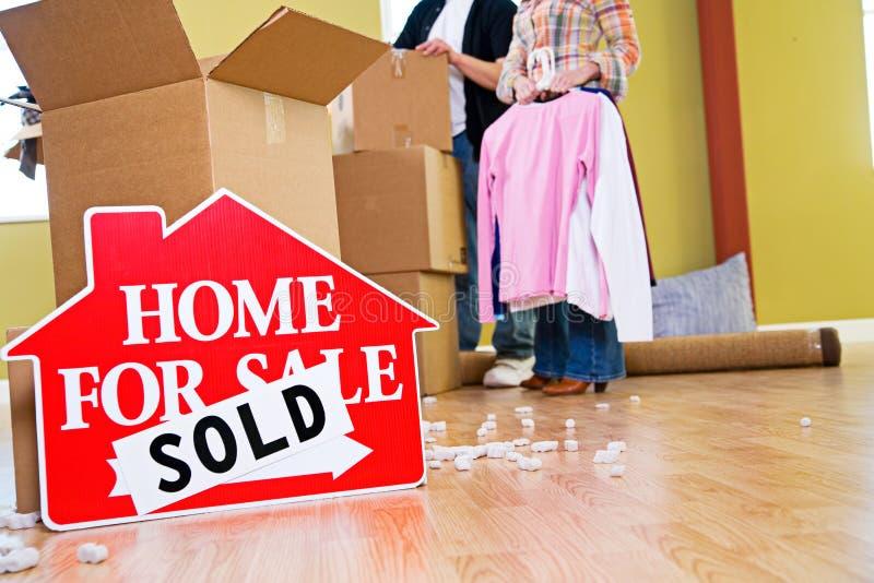Mover-se: A casa para o sinal da venda senta-se em Front Of Packing Supplies fotos de stock