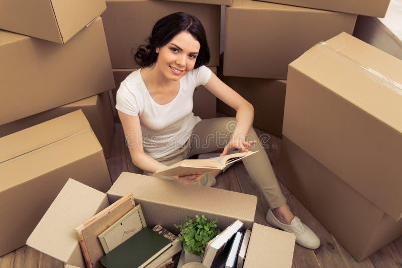 Mover-se da mulher nova imagem de stock royalty free