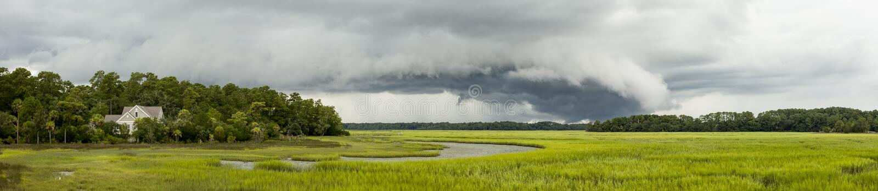 Mover-se dianteiro da tempestade sobre a casa foto de stock royalty free