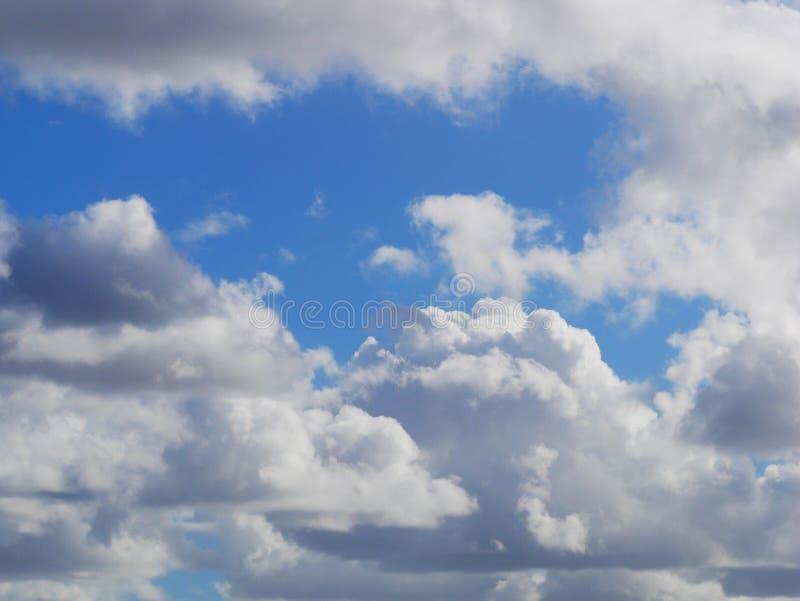 Mover-se nebuloso no céu o firmament é fundo azul fotografia de stock royalty free