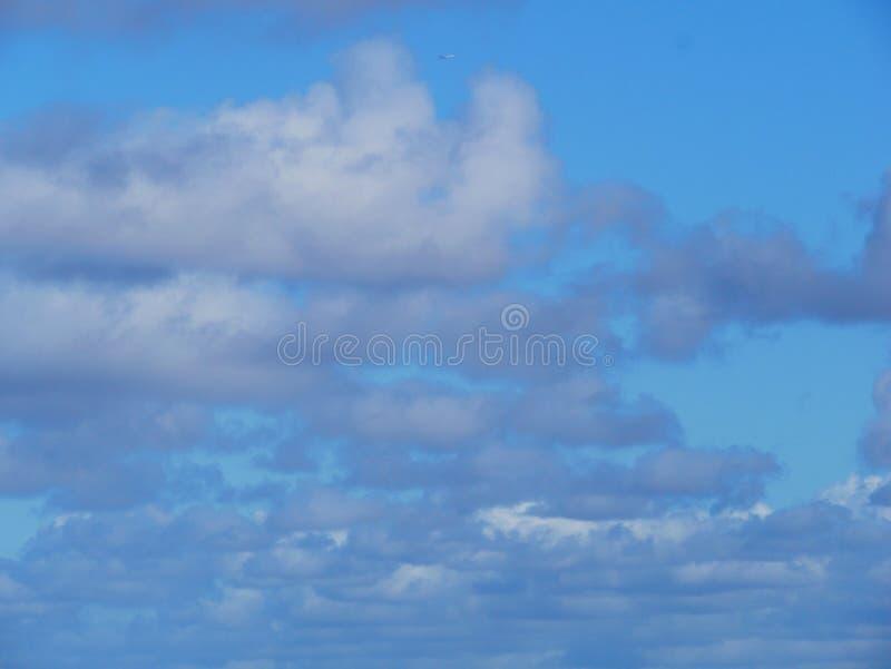 Mover-se nebuloso no céu o firmament é fundo azul foto de stock