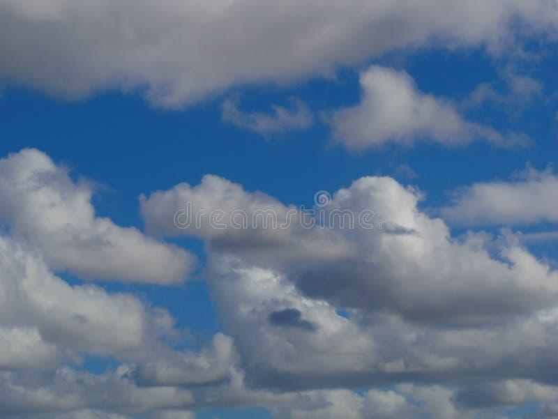 Mover-se nebuloso no céu o firmament é fundo azul imagem de stock