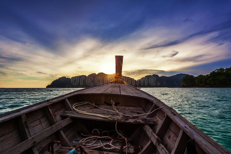 Mover-se no barco no mar tropical para o por do sol fotografia de stock