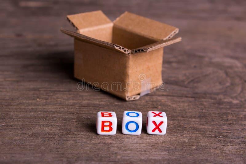 Mover-se para um outro escritório ou casa Caixa da palavra imagem de stock