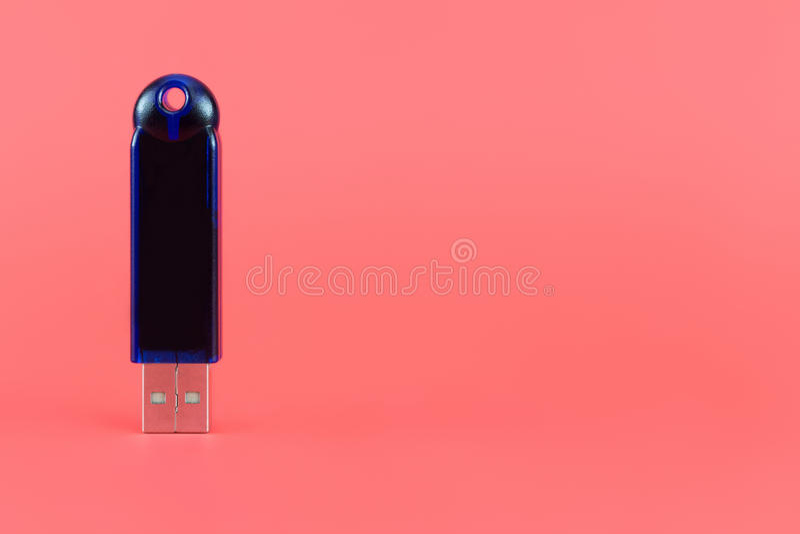 Movimentação azul da pena em um fundo levemente vermelho fotos de stock