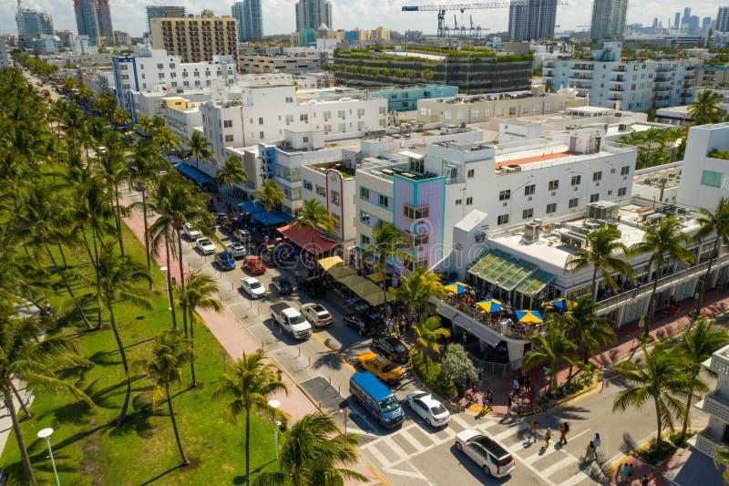 A movimentação conservada em estoque aérea do oceano de Miami Beach da imagem aglomerou no fim de semana o destino das férias de  fotos de stock royalty free
