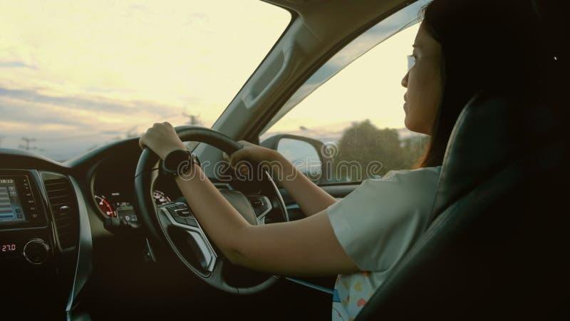 Movimentação da mulher um carro moderno na estrada fotos de stock royalty free