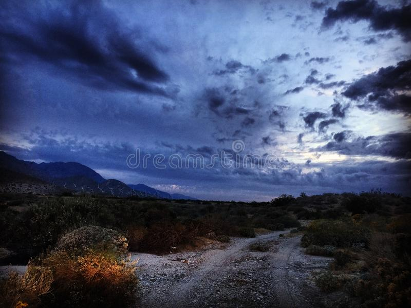 A movimentação da noite no deserto arrasta fora do Palm Springs Califórnia imagens de stock royalty free