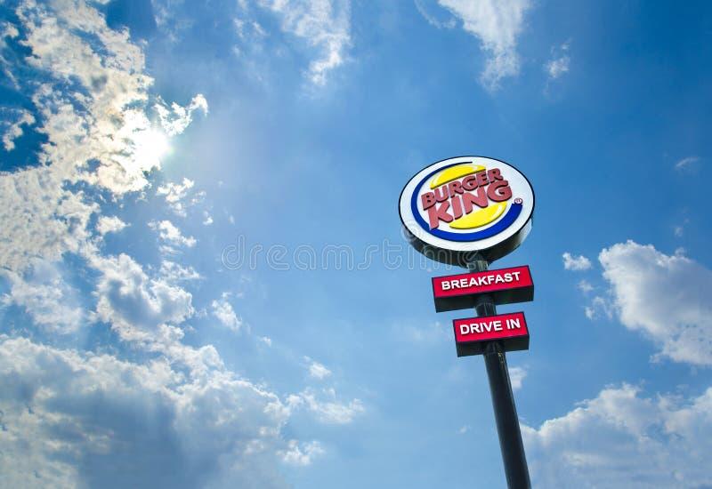 Movimentação de Burger King Restaurants no logotipo no dia foto de stock royalty free