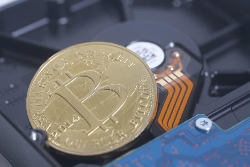 Movimentação de disco rígido com Bitcoin foto de stock royalty free