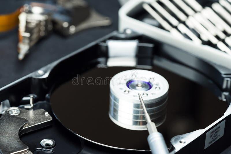 Movimentação de disco rígido desmontada dentro do close-up, eixo, braço de atuador, cabeça de leitura/gravação, bandeja, ferramen foto de stock royalty free