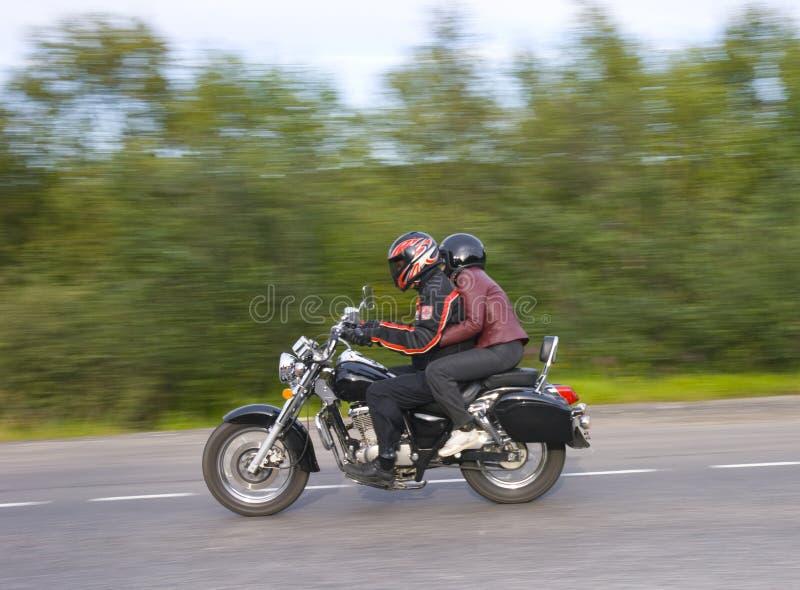 Movimentação de dois homens no moto fotos de stock royalty free