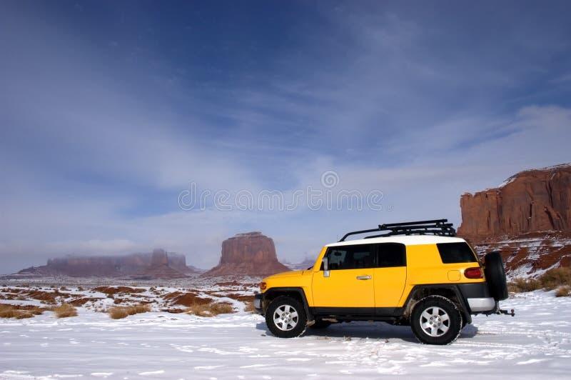 Movimentação de quatro rodas que excursiona na neve da montanha fotografia de stock
