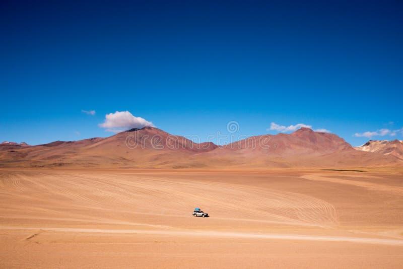 Movimentação de quatro rodas (4WD) que conduz através do deserto de San Pedro de Atacama imagem de stock royalty free