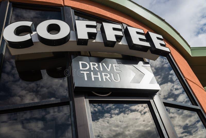 A movimentação do café através do sinal com reflete da janela de vidro foto de stock
