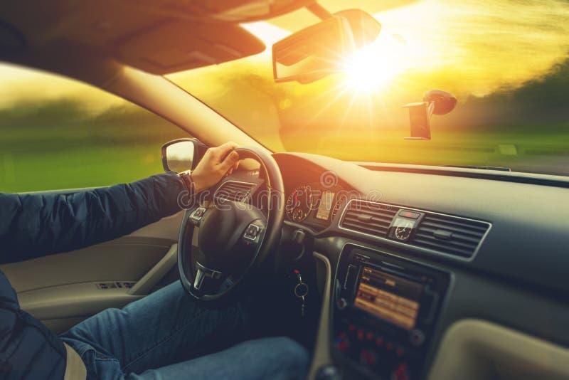 Movimentação do carro do cenário do por do sol imagem de stock royalty free