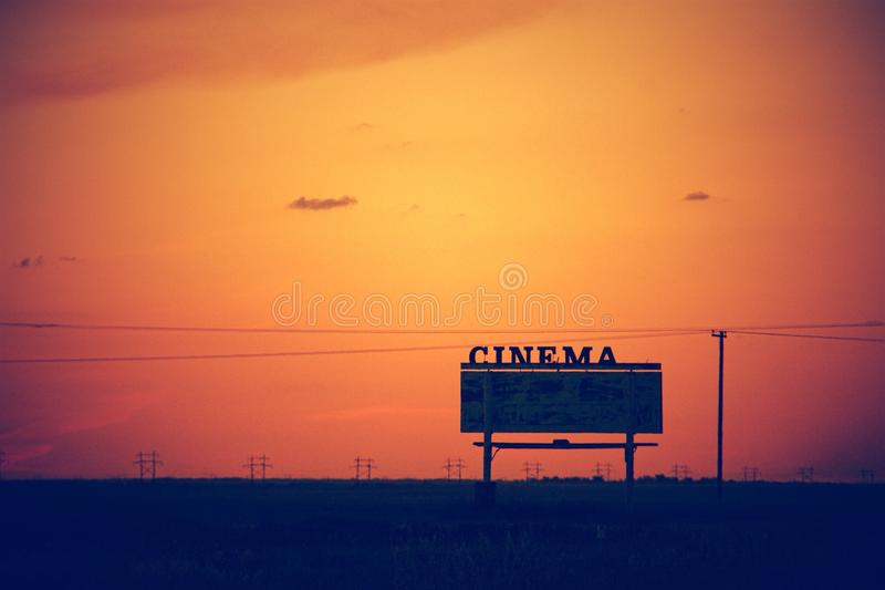 Movimentação do cinema dentro no por do sol imagem de stock royalty free