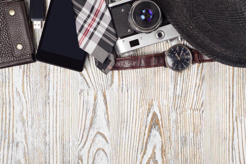 Movimentação do flash do compasso do laço da lanterna elétrica do relógio da bolsa do telefone celular da câmera do chapéu fotografia de stock