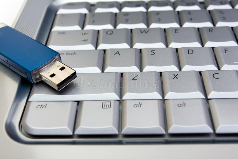 Movimentação do flash do Usb no teclado fotografia de stock