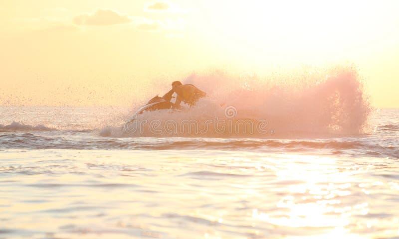 Movimentação do homem no jetski fotografia de stock