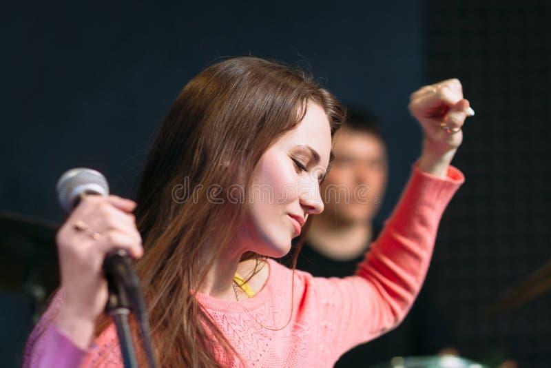 Movimentação do sentimento da jovem mulher no desempenho fotos de stock royalty free
