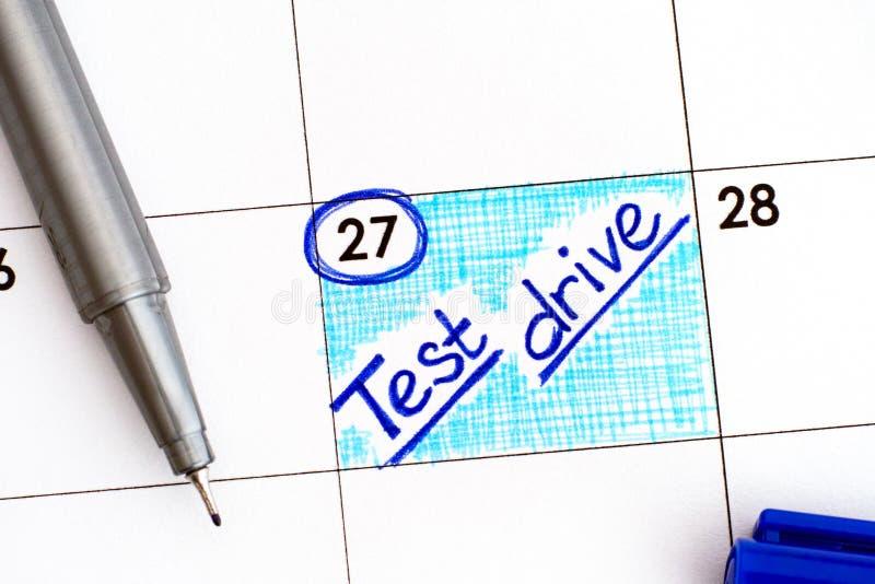 Movimentação do teste do lembrete no calendário com pena azul fotografia de stock royalty free