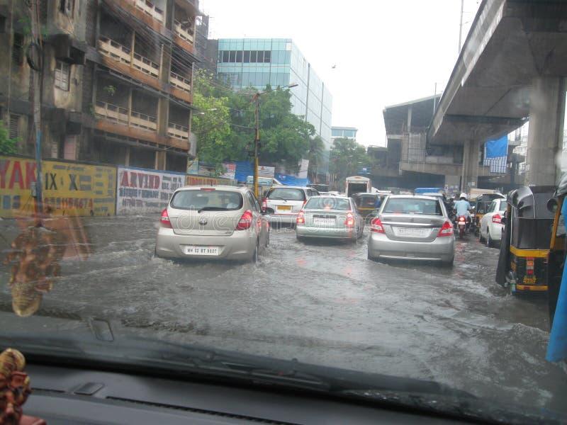 Movimentação dos veículos na estrada inundada de Mumbai fotografia de stock