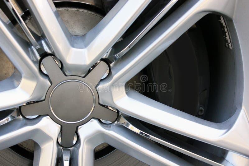Movimentação e pneus do carro fotografia de stock